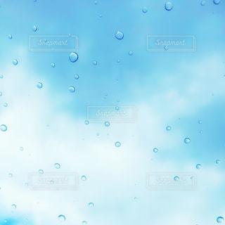 ガラス越しの雨粒の写真・画像素材[1089916]