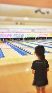 スポーツ,後ろ姿,室内,女の子,ボール,ボウリング,幼児,運動,ピン,レーン,スポーツ競技