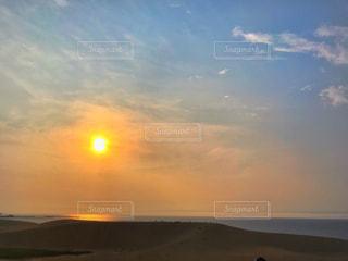 海,空,夕日,太陽,雲,晴れ,青空,夕焼け,夕暮れ,光,浜辺,日本海,鳥取砂丘,鳥取県,太陽フォト