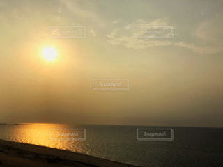 自然,海,空,夕日,屋外,太陽,ビーチ,雲,夕焼け,夕暮れ,波,水面,海岸,光,浜辺,砂丘,日本海,鳥取砂丘,鳥取県,太陽の光