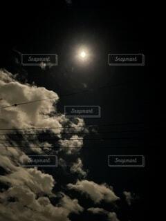 自然,風景,空,秋,夜,夜空,屋外,雲,暗い,月,丸,煙,満月,明るい,月夜,月明かり,moon,十五夜,月見,月光,輝き,ムーン,中秋の名月,お月見,真ん丸,名月,明月