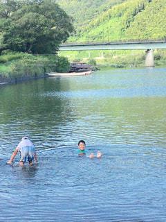 水体を泳ぐ人たちのグループの写真・画像素材[715836]