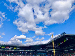 近くの青い曇り空の写真・画像素材[1865311]