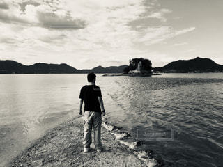 海辺に立っている男の写真・画像素材[2366247]