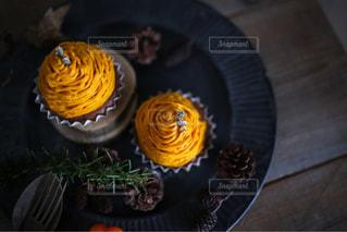 木製テーブルの上のカタツムリの写真・画像素材[800196]