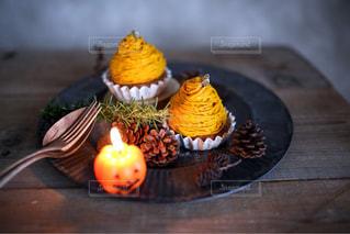 テーブルの上の果物とケーキ - No.800199