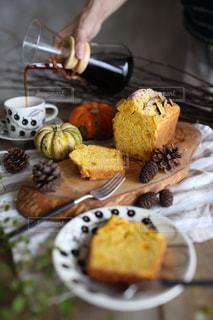テーブルの上に食べ物のプレートの写真・画像素材[852983]