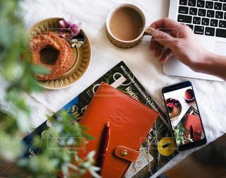 テーブルの上のコーヒー カップの写真・画像素材[1038706]