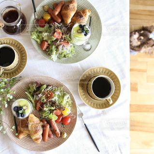 テーブルの上に食べ物のボウルの写真・画像素材[1152452]