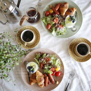 テーブルの上に食べ物のプレート - No.1152453