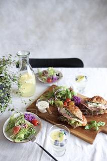 テーブルの上に食べ物のプレートの写真・画像素材[1158564]