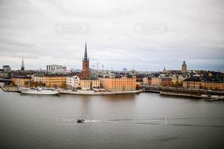 水の隣の港の小さなボートの写真・画像素材[1194773]