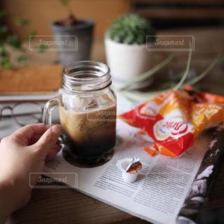 テーブルの上のコーヒー カップの写真・画像素材[1244545]