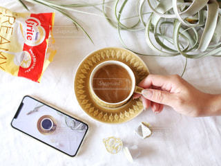 テーブルの上のコーヒー カップの写真・画像素材[1258926]