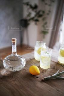 木製テーブルの上に座っているグラスワインの写真・画像素材[1278045]