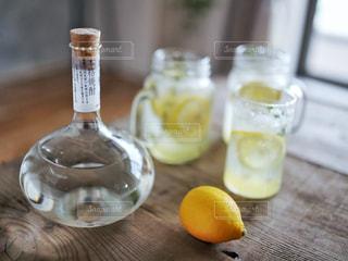 テーブルの上のオレンジ ジュースのガラスの写真・画像素材[1278071]