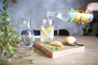 テーブルの上の水のボトルの写真・画像素材[1282443]