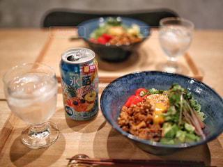 テーブルの上に食べ物のボウルの写真・画像素材[1327402]