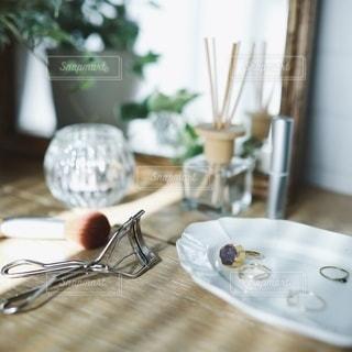 化粧台にお気に入りのアクセサリーの写真・画像素材[2736321]