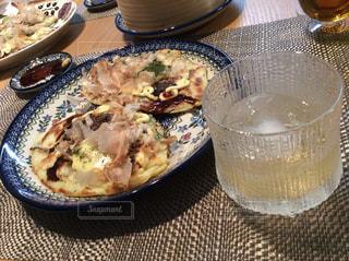 食品とテーブルの上の水のガラスのプレートの写真・画像素材[801704]