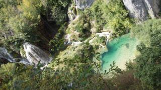森の中の大きな滝の写真・画像素材[805494]