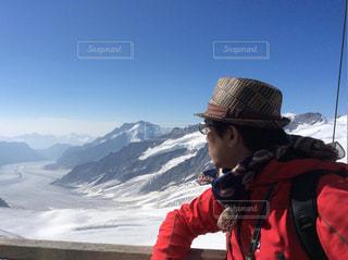 雪に覆われた山に立つ男の写真・画像素材[805547]