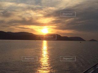 水の体に沈む夕日の写真・画像素材[971944]