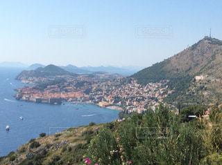 背景の山と水の大きな体の写真・画像素材[1040170]