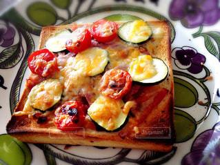 ピザのスライスを皿の料理の写真・画像素材[1155700]
