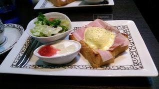 テーブルの上の皿の上に食べ物のトレイの写真・画像素材[1177759]