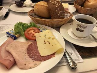 食品とコーヒーのカップのプレートの写真・画像素材[1179661]
