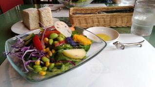 板の上に食べ物のボウルの写真・画像素材[1291249]