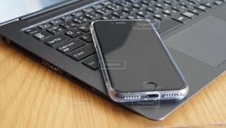 ノートパソコンとスマートフォンの写真・画像素材[2641859]