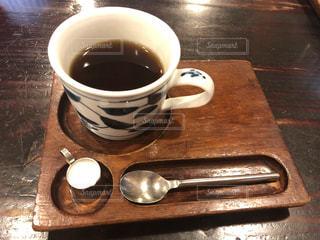 木製のテーブルに置く一杯のコーヒーの写真・画像素材[2883243]