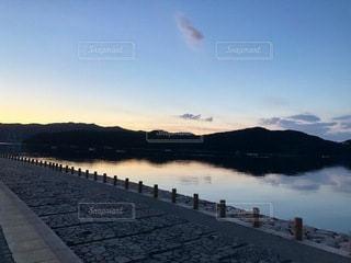 夕焼け時の海岸風景の写真・画像素材[3565815]