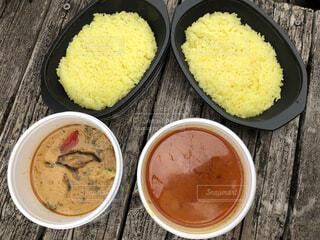 屋外で食べるスパイスカレーとサフランライスの写真・画像素材[4379447]