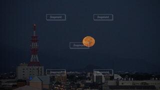 早朝に見る中秋の明月の写真・画像素材[4837564]