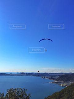 水体の凧の飛行の人々 のグループ - No.1135282