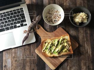 木製のテーブルの上に食べ物のプレートの写真・画像素材[975782]