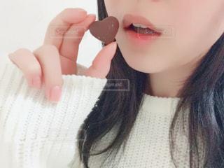 バレンタインデーにチョコレートを食べる女性の写真・画像素材[340099]
