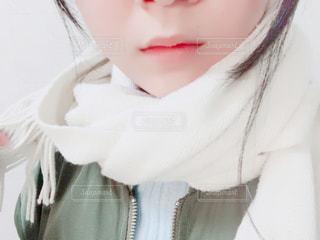 黒い髪と白いシャツを着ている女性の写真・画像素材[862198]