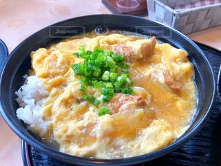 食べ物,緑,黄色,幸せ,卵,ご飯,肉,米,鶏,イエロー,丼,ネギ,鶏肉,玉ねぎ,親子丼