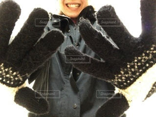 黒い手袋をつけた笑顔の女性の写真・画像素材[4089557]