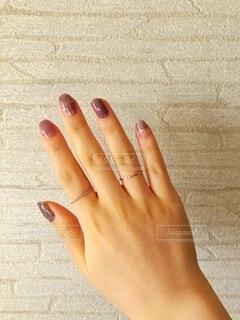 女性の手、重ねづけしたシルバーのリングの写真・画像素材[4327254]