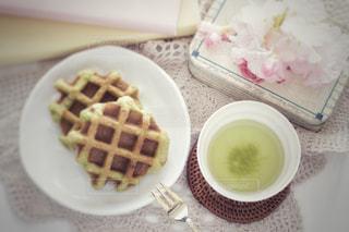 グリーンティーワッフルと緑茶の写真・画像素材[1055843]