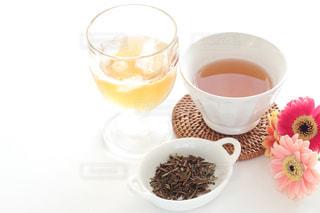 アイスほうじ茶とホット焙じ茶の写真・画像素材[1056609]