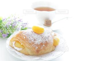 皿の上のケーキの一部の写真・画像素材[1235834]
