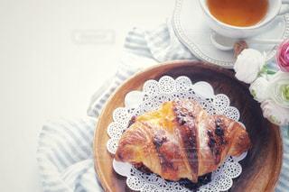 食品とコーヒーのカップのプレートの写真・画像素材[1253003]