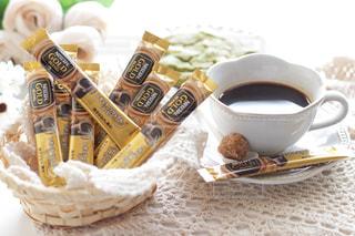 テーブルの上のコーヒー カップの写真・画像素材[1272425]