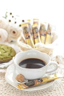 テーブルの上のコーヒー カップの写真・画像素材[1272430]